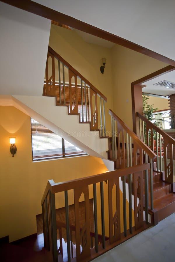 Escaliers en bois dans la chambre photos libres de droits