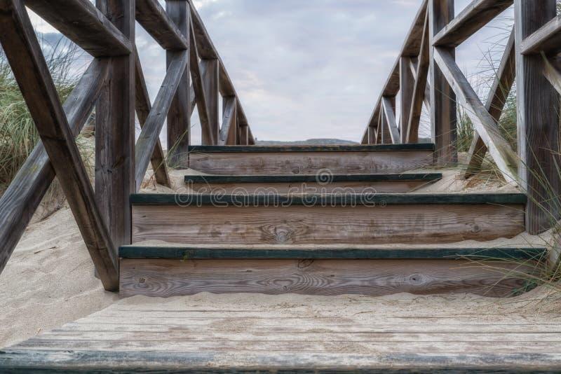 Escaliers en bois dans les dunes photo stock
