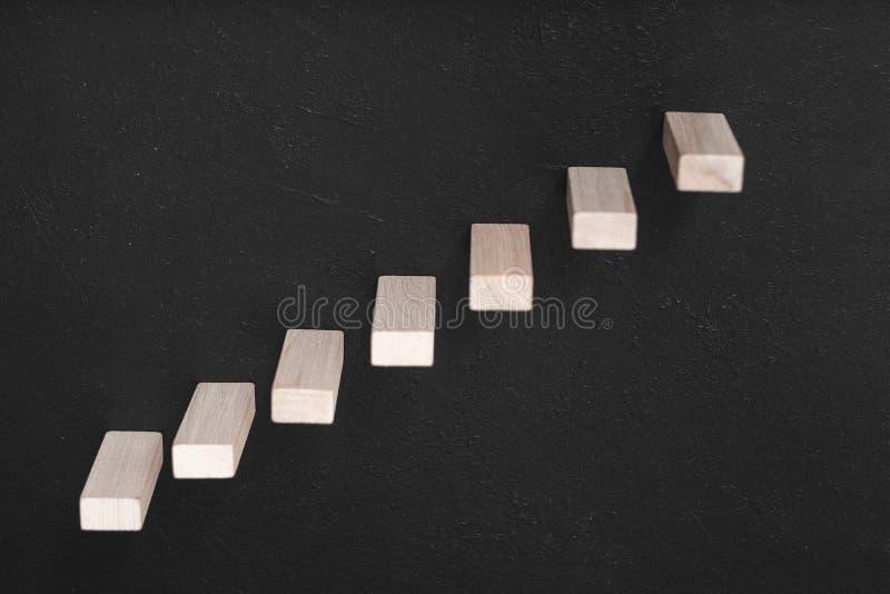 Escaliers en bois de briques de direction de développement de la vie professionnelle images libres de droits