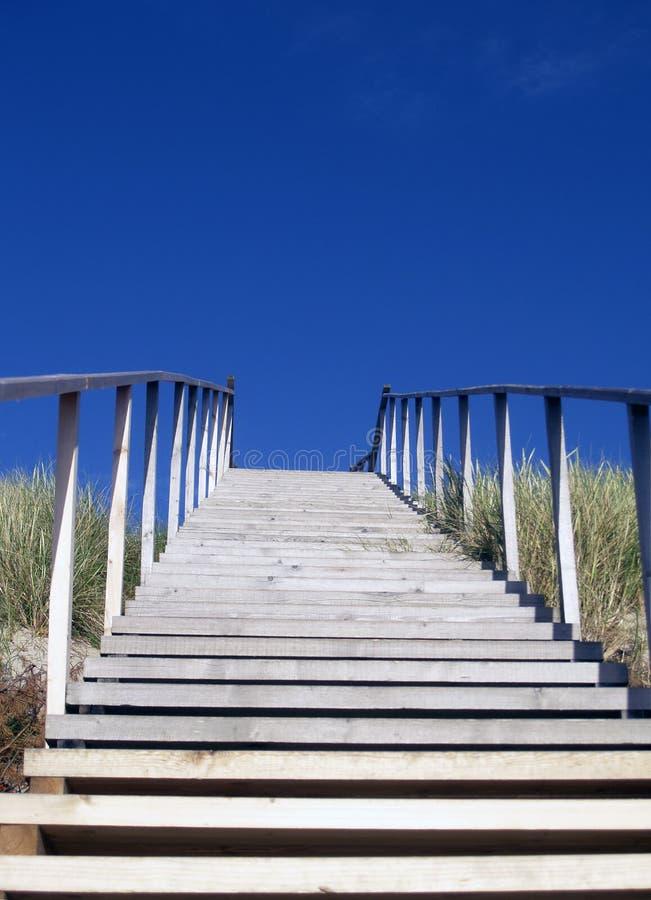 Escaliers en bois en ciel bleu images stock