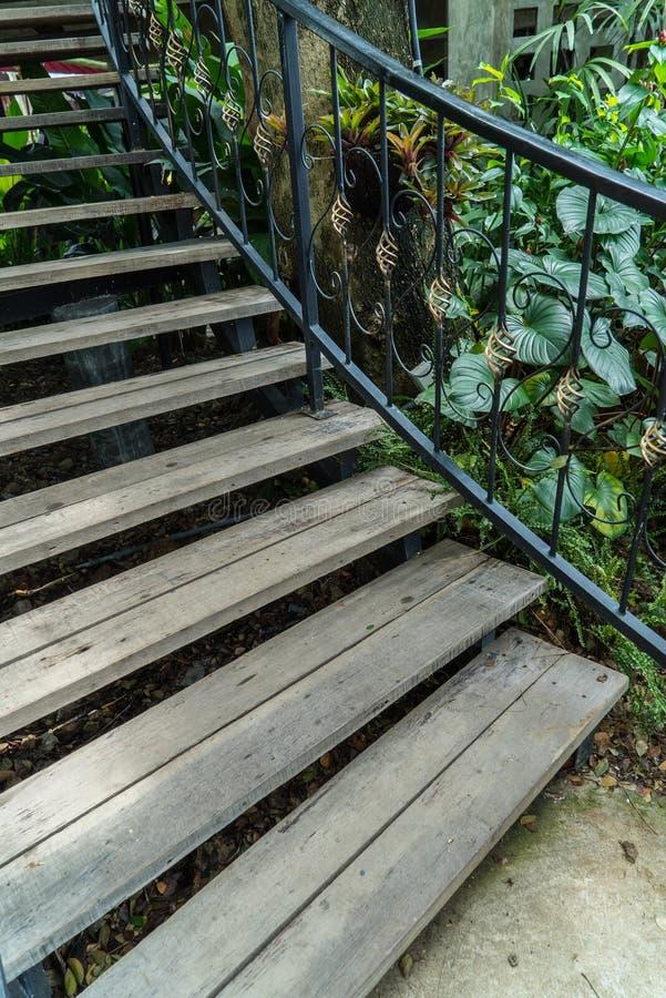Escaliers en bois, escalier de fer travaillé de vintage avec les balustrades en bois et étapes images libres de droits