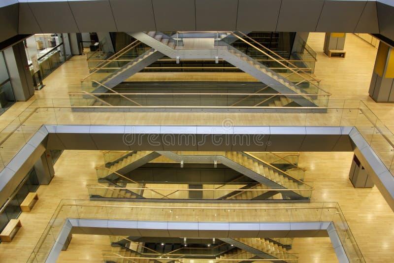 Escaliers en bois intérieurs lettons en métal d'und de bibliothèque nationale photo libre de droits