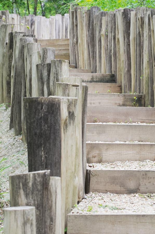 Escaliers en bois en nature photos stock