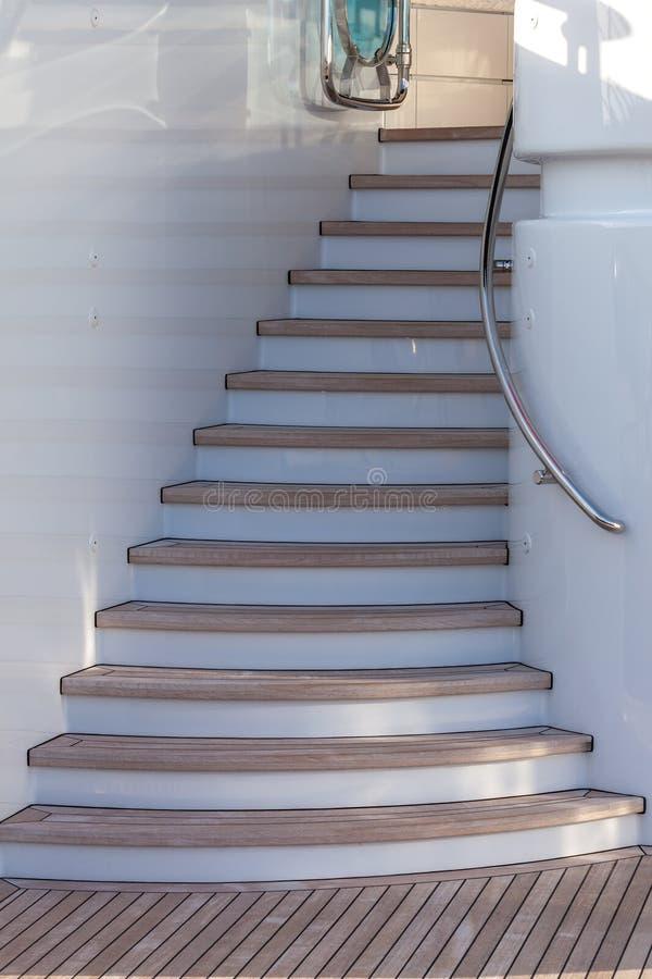 Escaliers en bois sur le sundeck du yacht de luxe photographie stock