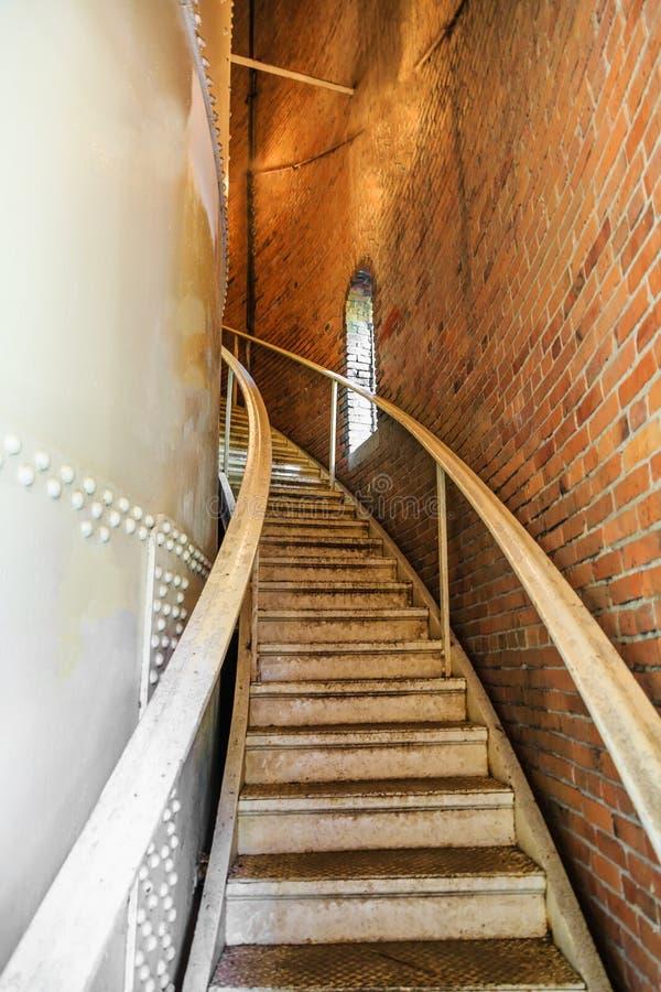 Escaliers en métal montant photographie stock libre de droits