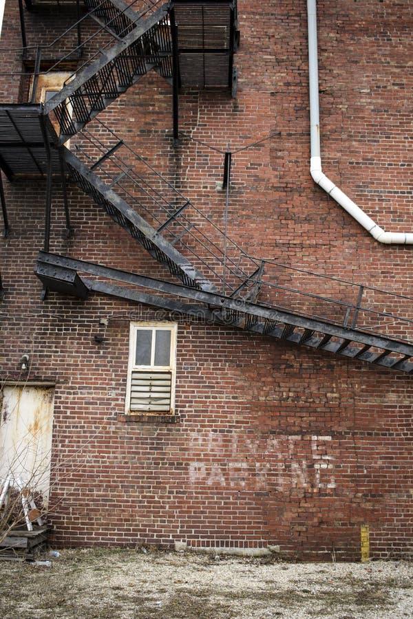 Escaliers en métal sur l'immeuble de brique photo stock