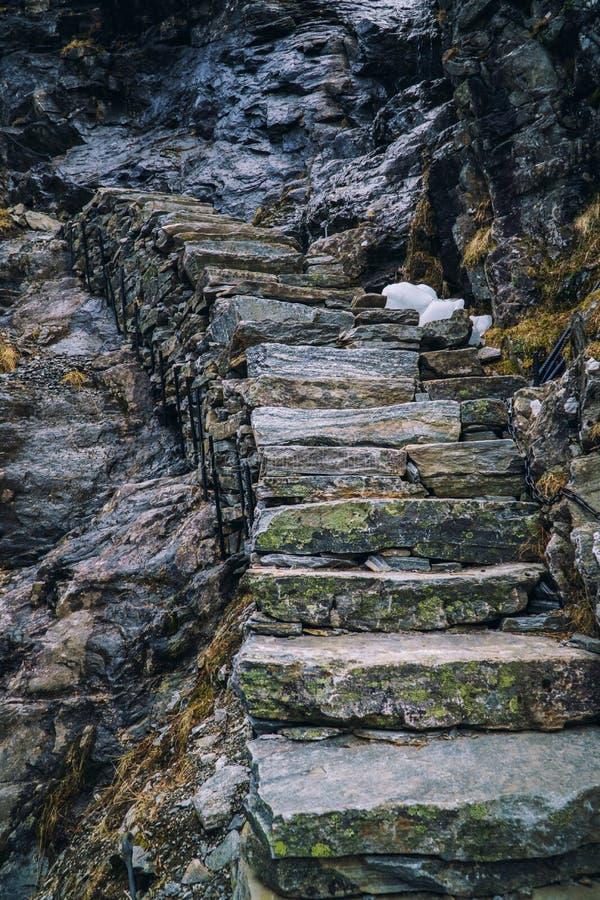 Escaliers en pierre antiques montant sur la roche noire, escalier de montagne La Norvège, route de trolls, Trollstigen photographie stock