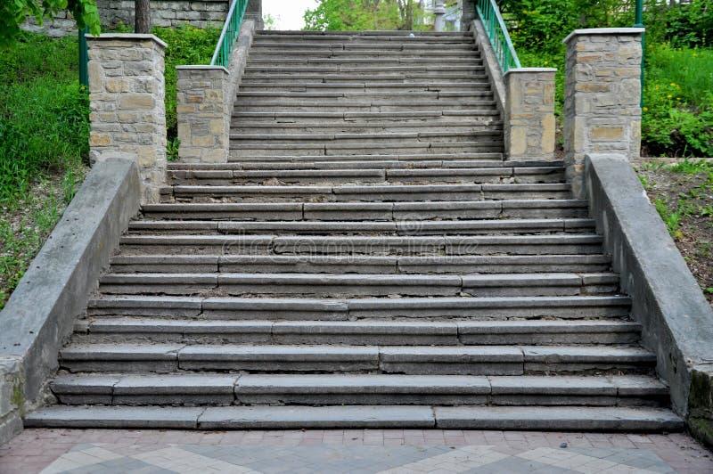 Escaliers en pierre larges en parc image stock
