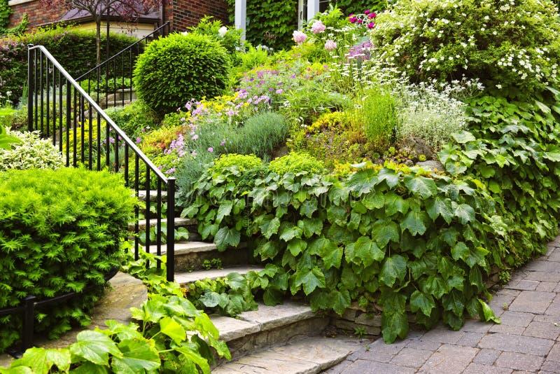 Escaliers en pierre normaux de jardin photo libre de droits
