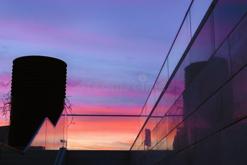Escaliers en verre à côté de ciel coloré de lever de soleil de coucher du soleil images libres de droits