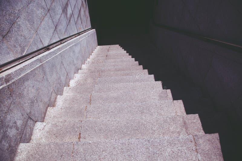 escaliers escalier de souterrain vieux dans la nuit foncée isolée, escaliers concrets dans la ville, photos libres de droits