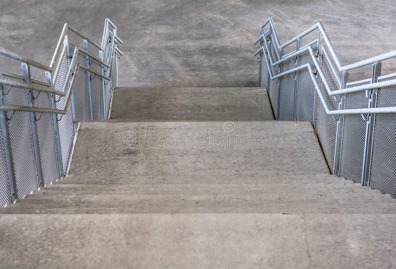 Escaliers et balustrades concrets en métal sous le pont photographie stock libre de droits