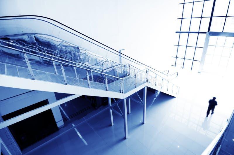 Escaliers et escalators de Hall image stock