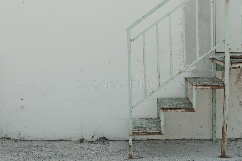 Escaliers et fond en acier rouillés de mur photographie stock