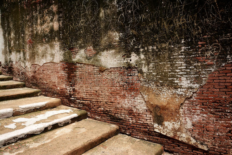 Escaliers et mur antiques photo libre de droits