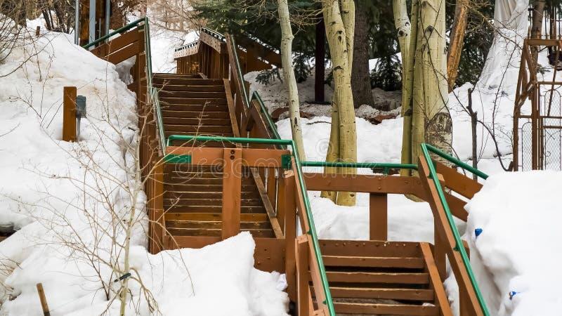 Escaliers extérieurs de panorama sur une pente de montagne couverte de neige pendant l'hiver photographie stock