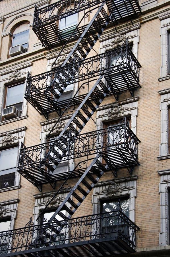 Escaliers extérieurs de sortie de secours en métal, New York photographie stock libre de droits