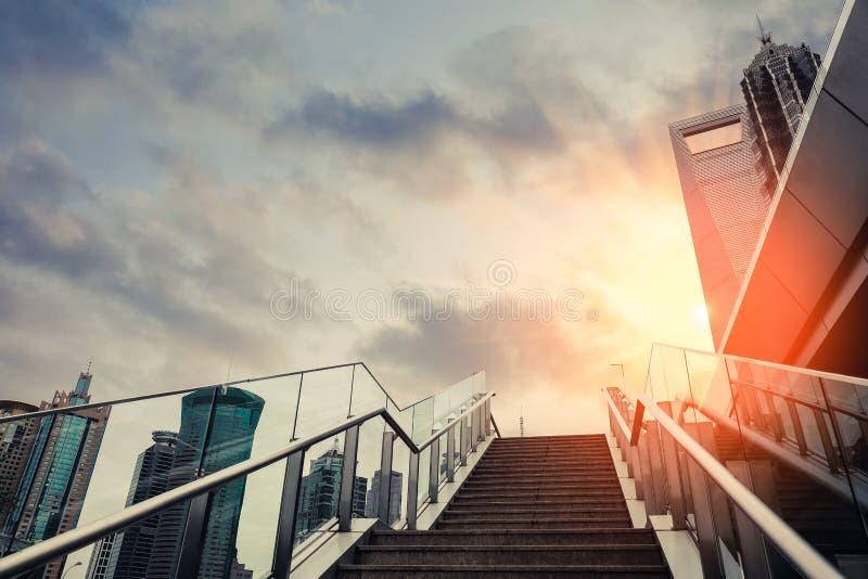 Escaliers extérieurs urbains dans le coucher du soleil photos libres de droits