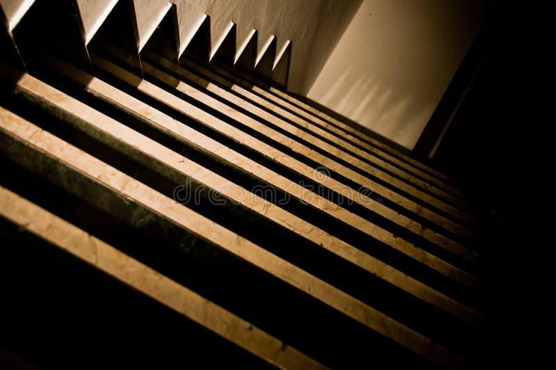 Escaliers foncés 3 images stock