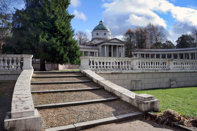 Escaliers grands au mausolée de princes Yusupovs - Arkhangelskoye image stock