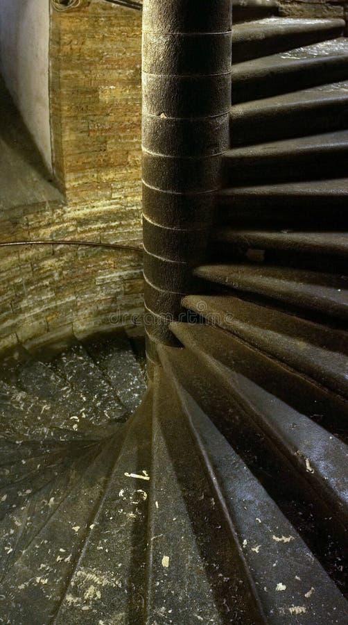 Escaliers h?lico?daux d'escalier en spirale de fond fonc? de r?sum? photo stock