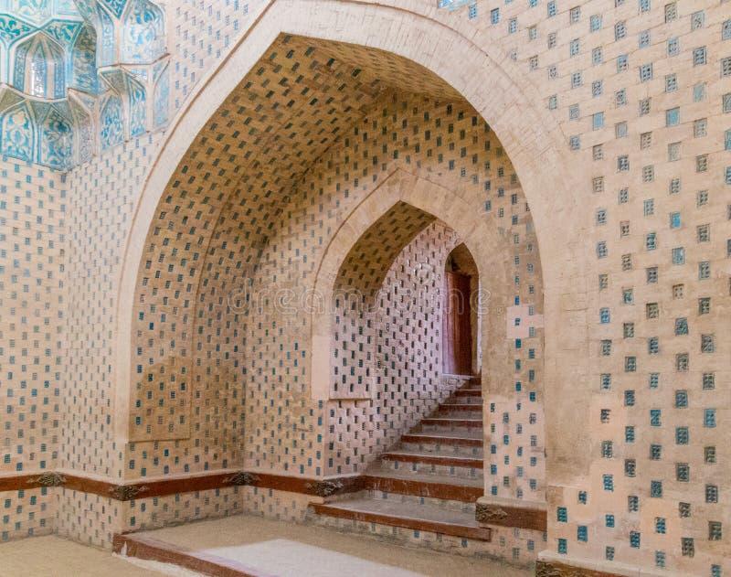 Escaliers intérieurs amenant hors du mausolée photo libre de droits