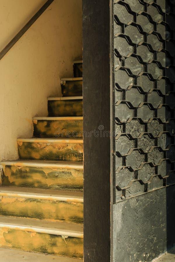 Escaliers jaunes de couleur de cru de maison de magasin photo libre de droits