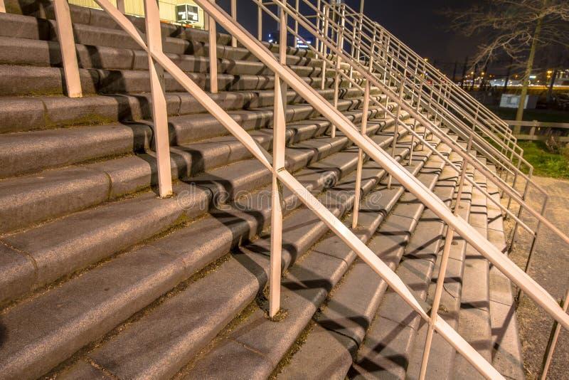 Escaliers larges au stade photos libres de droits