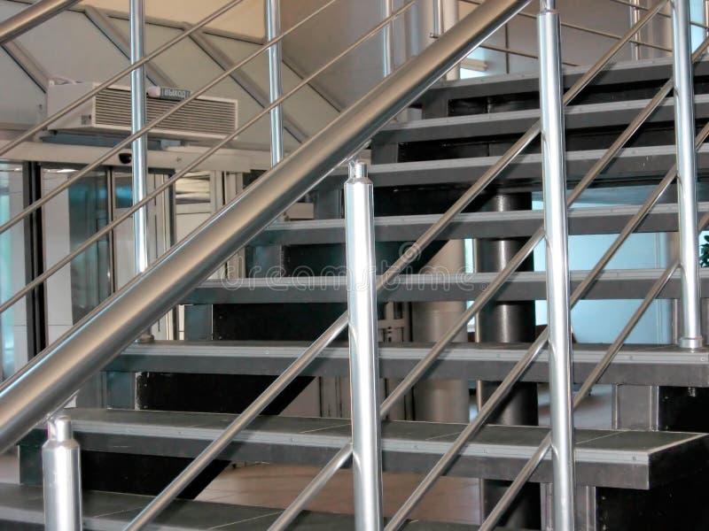 Escaliers métalliques modernes photographie stock