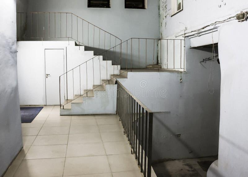 Escaliers menant aux murs image stock
