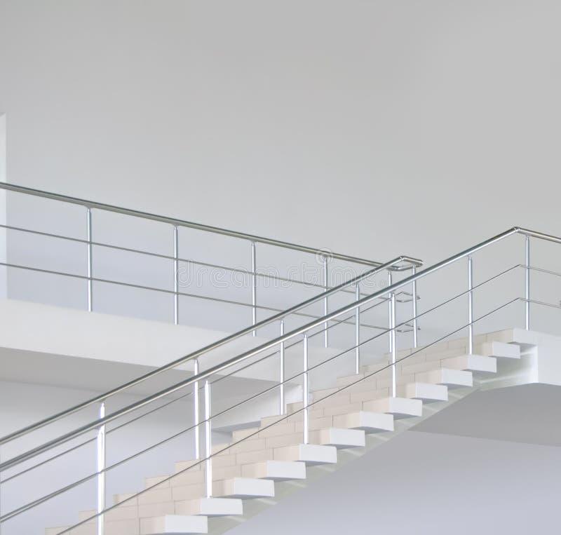 Escaliers modernes vides de bureau photos stock