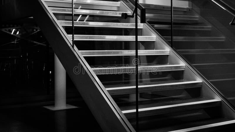 Escaliers noirs et blancs photos stock