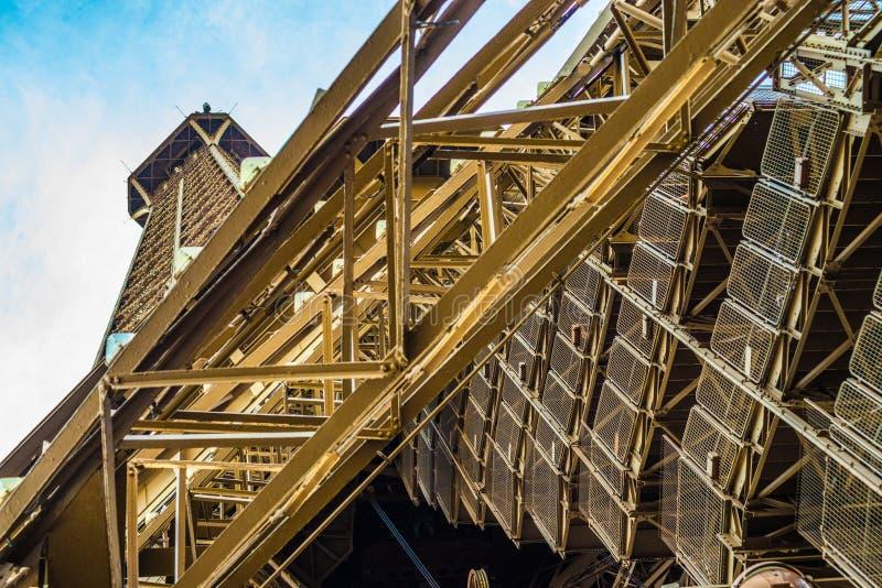 Escaliers nombreux amenant les touristes sportifs à travers Tour Eiffel à Paris photographie stock