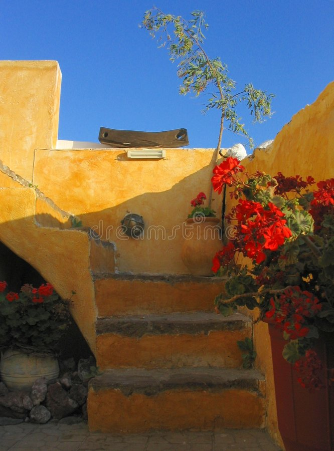 Escaliers oranges colorés. Santorini, Grèce photos stock