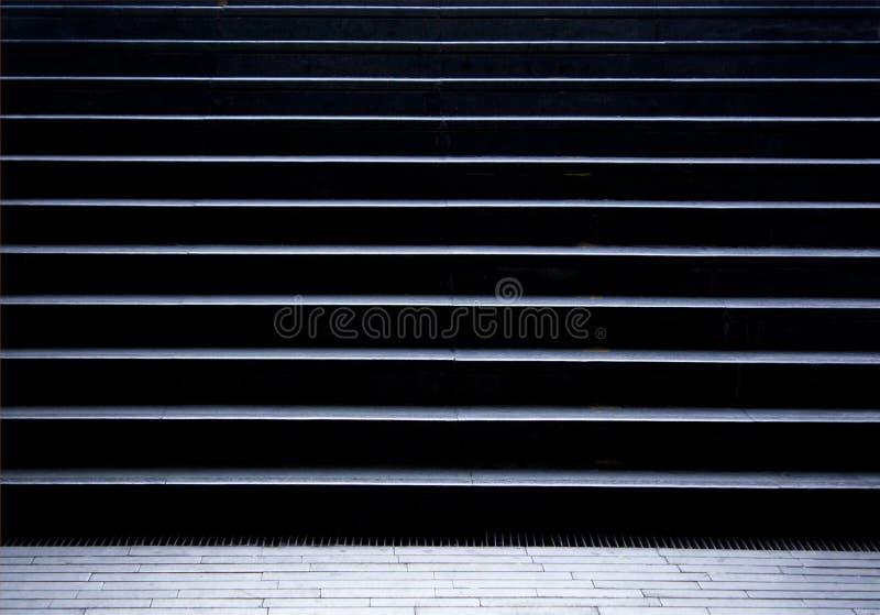 Escaliers piétonniers vides dans le passage de souterrain de ville image libre de droits