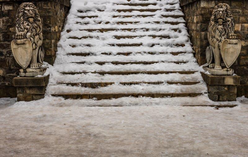 Escaliers pleins de la neige à l'entrée du château de Peles dans Sinaia, Roumanie photos libres de droits