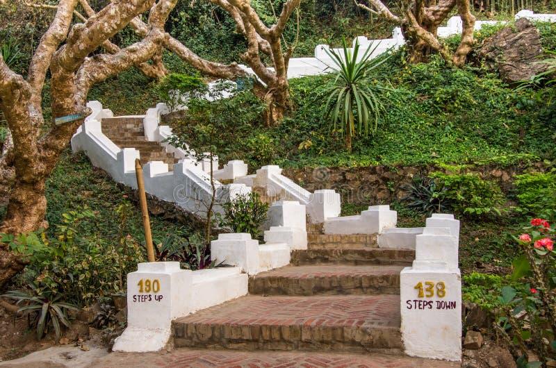 Escaliers pour monter Phou SI - Luang Prabang, Laos photo libre de droits