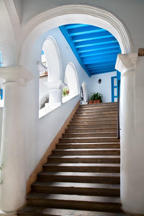 Escaliers rustiques à vieille la Havane photographie stock libre de droits