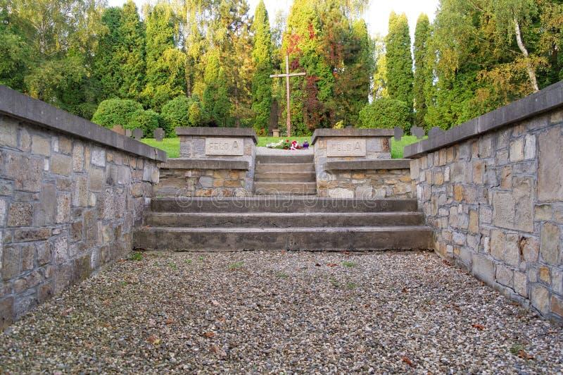 Escaliers sur le cimetière militaire photo libre de droits