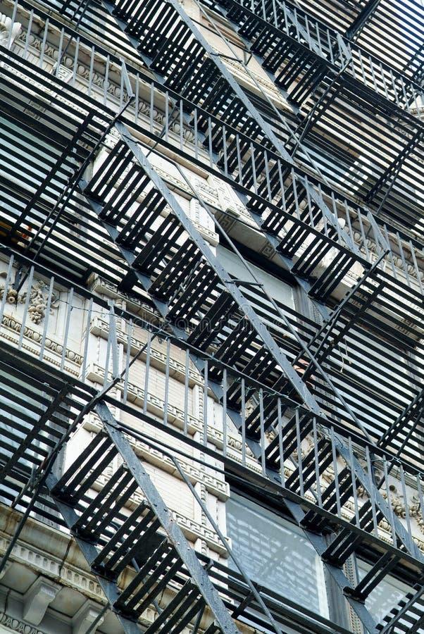 Escaliers sur un mur extérieur dans NYC image libre de droits