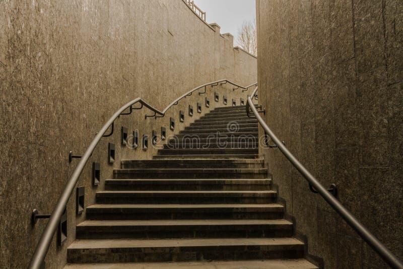 Escaliers vers le haut Escaliers foncés passage photographie stock libre de droits