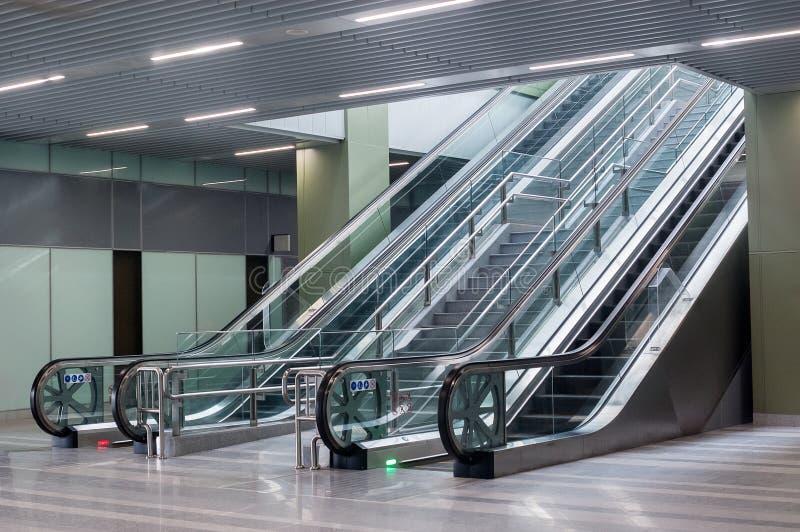 Escaliers vides d'escalator dans la station de train photographie stock