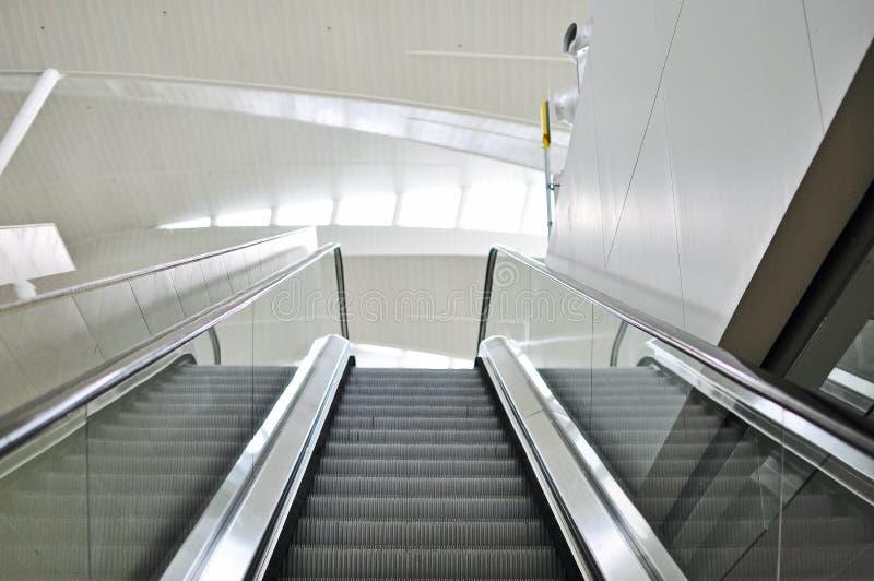Escaliers vides d'escalator dans le terminal image libre de droits