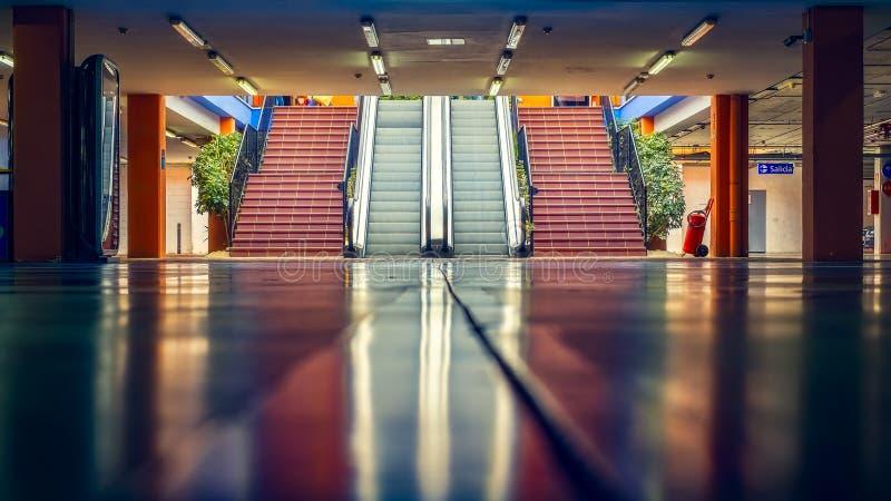 Escaliers vides dans le stationnement souterrain photo stock