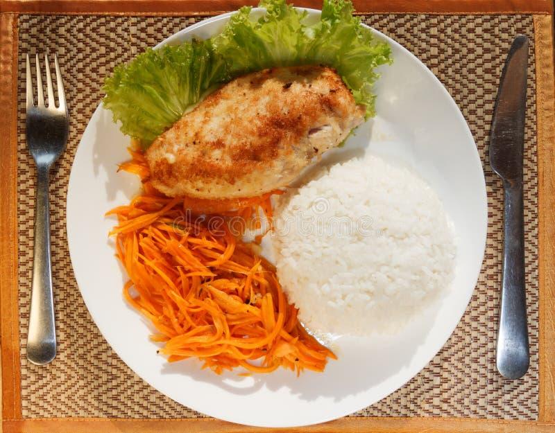 Escalope цыпленка с испаренным салатом риса и моркови стоковые изображения