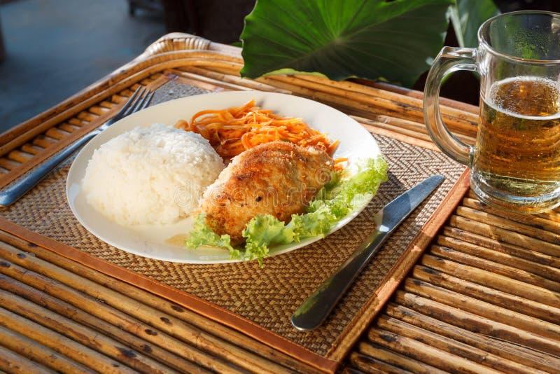 Escalope цыпленка с испаренным салатом риса и моркови стоковое изображение