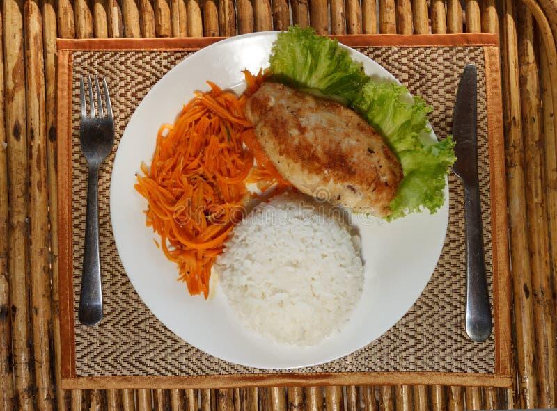 Escalope цыпленка с испаренным салатом риса и моркови стоковая фотография