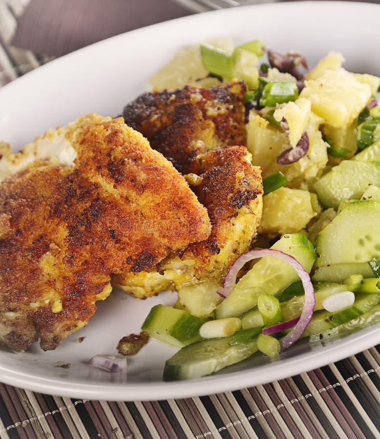 Escalope de veau de poulet avec des légumes photo libre de droits