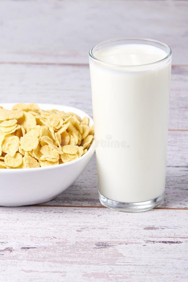 Escamas con leche Desayuno sano útil fotos de archivo libres de regalías
