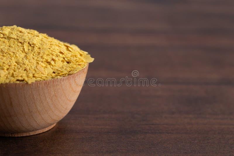 Escamas de la levadura alimenticia amarilla un substituto del queso y aderezo para las dietas del vegano foto de archivo libre de regalías